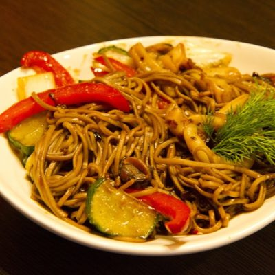 Лапша с морепродуктами и овощами